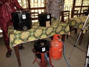 un foyer multifonction utilise le bois, le charbon de bois la sciure de bois et le gaz
