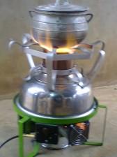 Un foyer Atingan qui brûle des coques de palmistes, une innovation béninoise
